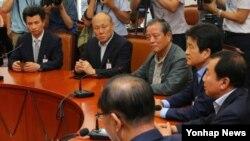개성공단 정상화촉구 비상대책위원회 대표들이 5일 한국 국회에서 열린 간담회에서 황우여 새누리당 대표의 발언을 듣고 있다.