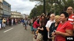 古巴民众在哈瓦那街头沿街等待美国总统奥巴马的到来。(美国之音海伦拍摄)
