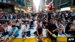 Puluhan ribu demonstran tetap bertahan di Hong Kong hari Selasa (30/9).