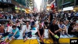 Sentada en la calle principal del distrito comercial Mong Kok en Hong Kong, el martes 30 de septiembre.