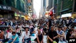 香港的抗议者不顾风雨,在道路上安营扎寨,准备长期抗争(法新社)