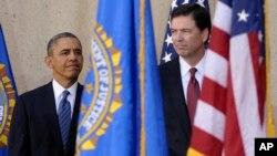 Presiden AS Barack Obama saat memperkenalkan James Comey (kanan) sebagai Kepala FBI yang baru, Senin (28/10).