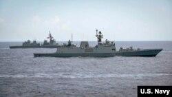 资料照片:印度护卫舰与日本驱逐舰在2018年马拉巴尔海上演习期间编队行进。(2018年6月15日)