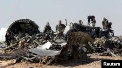 Điều tra viên quân sự từ Nga tại hiện trường vụ rớt máy bay trong khu vực Hassana, thành phố Arish, phía bắc Ai Cập, ngày 1/11/2015.