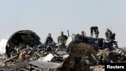 Istražitelji na mestu rušenja ruskog aviona na severu Egipta.
