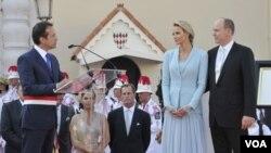 Walikota Monaco Georges Marsen (kiri) berbicara dengan Pangeran Albert II dan isterinya, Puteri Charlene setelah upacara pernikahan mereka hari ini (1/7).