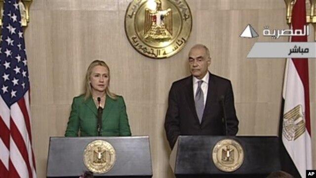 Foto yang diambil dari televisi pemerintah Mesir ini menunjukkan Menlu AS, Hillary Rodham Clinton (kiri) mendampingi Menlu Mesir Mohammed Kamel Amr (kanan) dalam memberikan keterangan pers terkait gencatan senjata Israel-Hamas di Kairo, Mesir (21/11).