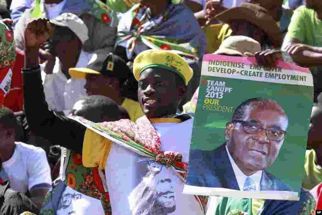 Zimbabve prezidenti Robert Muqabenin tərəfdarı Hararedə andiçmə mərasimində iştirak edir. 22 avqust, 2013.