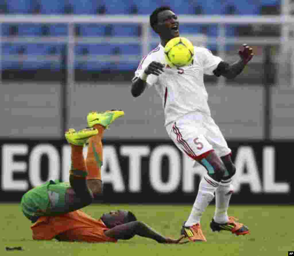 """Rainford Kalaba of Zambia (L) fights for the ball with Ala'a Eldin Yousif of Sudan during their African Nations Cup quarter-final soccer match at Estadio de Bata """"Bata Stadium"""", in Bata February 4, 2012."""