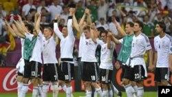 Baik pelatih Jerman Joachim Loew dan kiper Manuel Neuer menekankan kesabaran sebagai kunci keberhasilan mengatasi tim Yunani (foto 17/6).