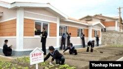 지난 26일 북한 군인과 주민들이 라선시 홍수 피해 지역에서 복구작업을 하고 있다고 조선중앙통신이 4일 보도했다.