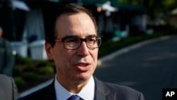 스티브 므누신 미 재무장관이 21일 백악관 밖에서 중국과의 무역에 관해 기자들과 이야기 하고 있다.