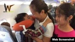 Blogger Mẹ Nấm và hai con trên máy bay. Photo Facebook Lê Đại Triều Lâm.