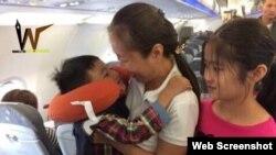 Blogger Mẹ Nấm và hai con trên máy bay. Photo Facebook Lê Đại Triều Lâm