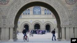 学生走过美国斯坦福大学的校园。(资料照片)