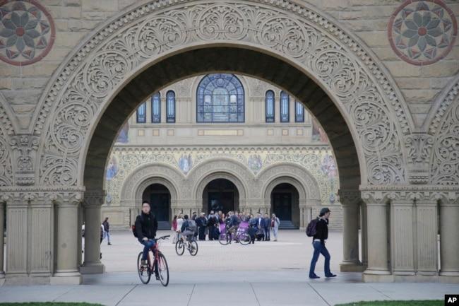 學生走過美國斯坦福大學的校園。(資料照片)
