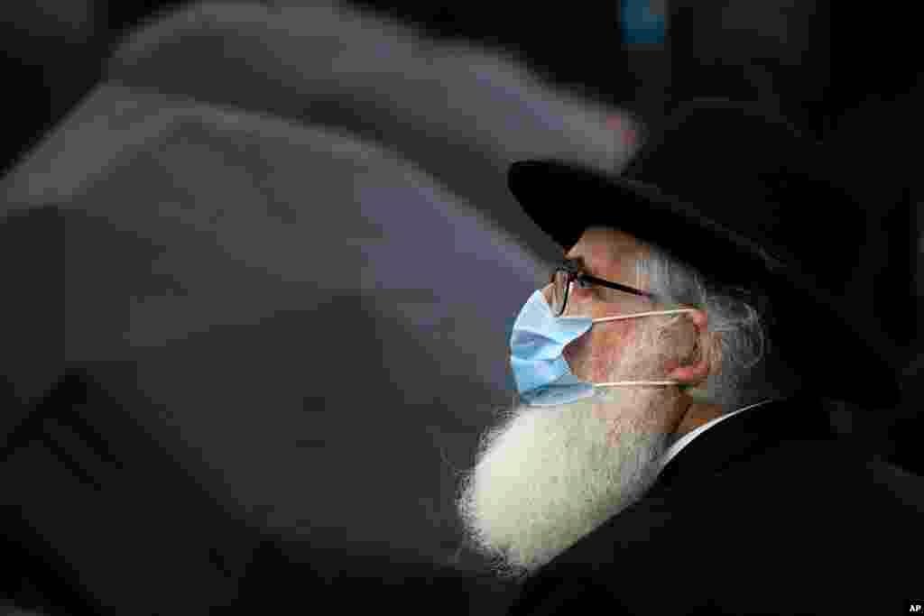 Ravvin Rafael Şaffer Buxarestdə qeyd olunan Holokost Qurbanlarının Anım Günündə Holokost memorialının önündə dayanıb.