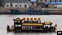 북한 신의주 압록강변에 중국인 관광객들이 태운 유람선이 운행 중이다. (자료사진)