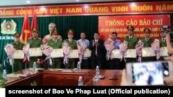 Lãnh đạo tỉnh Điện Biên trao thưởng cho các đơn vị công an vì đã phá án vụ cô gái bị giết