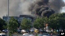 Khói bốc lên sau vụ nổ tại sân bay Burgas, gần Biển Đen, 18/7/2012