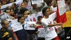 Người biểu tình Việt Nam xuống đường biểu tình chống Trung Quốc ở Hà Nội, ngày 9/12/2012.