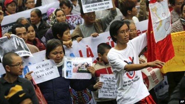 Người Việt Nam xuống đường biểu tình chống Trung Quốc tại Hà Nội, ngày 9/12/2012.