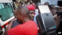 Bobi Wine akipandishwa kwenye gari ya kubeba wagonjwa.