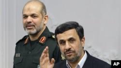 아흐마드 바히디 이란 국방장관(왼쪽)과 마무드 아마디네자드 이란 대통령. (자료사진)