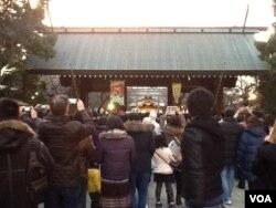 新年伊始到靖国神社参拜的人群(美国之音小玉拍摄)
