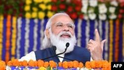 Kutch ေဒသဖြံ့ျဖိဴးေရးစီမံကိန္းအုတ္ျမစ္ခ်အခန္းအနားတြင္ အိႏၵိယ၀န္ၾကီးခ်ဳပ္ Narendra Modi မိန္ ့ခြန္းေျပာၾကားစဥ္ (ဓာတ္ပံု- AFP)