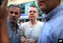 Mục sư người Mỹ Andrew Brunson (giữa) hiện đang bị Thổ Nhĩ Kỳ giam cầm.