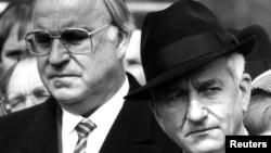 Cumhurbaşkanı Richard Von Weizsaecker (sağda) 1985 yılında Başbakan Helmut Kohl ile