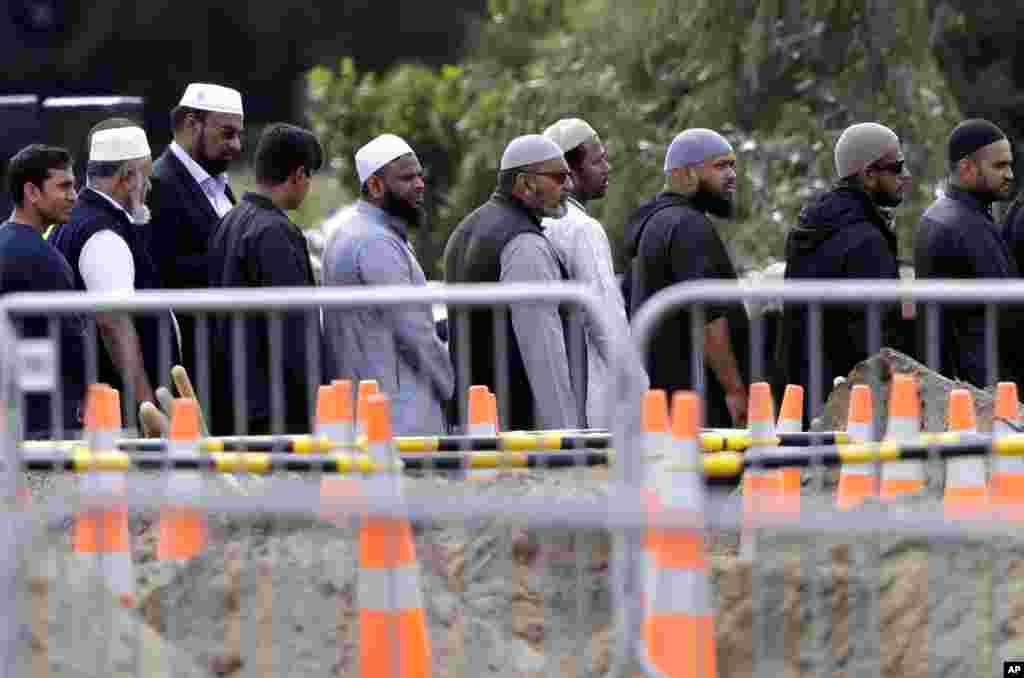حکام کا کہنا ہے کہ منگل کی شام تک 21 لاشوں کی شناخت ہوچکی ہے جن کی لواحقین کو حوالگی کا سلسلہ شروع کردیا گیا ہے۔ دیگر لاشوں کی شناخت بدھ کی رات تک مکمل ہونے کا امکان ہے۔