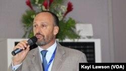 Le porte-parole francophone du département d'état, Brian Neubert, à la cérémonie de clôture de la 16eme conférence de l'Agoa à Lomé, Togo, 10 août 2017. (VOA/Kayi Lawson)
