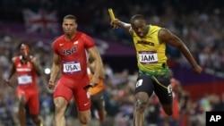 博尔特在400米接力中比美国的瑞安.贝里早一步冲过终点线赢得金牌
