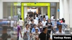 한국 정부가 중동호흡기증후군(메르스) 사태가 사실상 끝났음을 선언한 28일 서울시 일원동 삼성서울병원 1층이 내원객들로 붐비고 있다. 한국 정부는 지난 5월20일 첫 환자가 메르스 확진 판정을 받은 이후 69일 만에 사실상 메르스 종식을 선언했다.