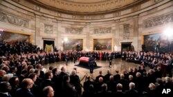 Linh cữu phủ quốc kỳ của Cựu Tổng thống George H.W. Bush được quàn tại Phòng mái vòm Điện Capitol ở Washington, ngày 3/12/2018. (Jonathan Ernst/Pool via AP)