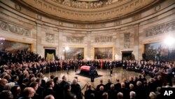 美国前总统乔治·H·W·布什的灵柩停放在华盛顿国会圆形大厅,供民众瞻仰(2018年12月3日)。布什上周五晚在他的家乡德克萨斯州去世,享年94岁。