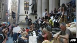 Участники движения «Захвати Уолл-стрит» на ступенях Федерального зала в Нью-Йорке