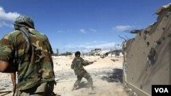 El anuncio de la muerte del ex coronel, que gobernó el país con mano dura durante 42 años, se produjo tras la toma del control de su ciudad natal, Sirte.