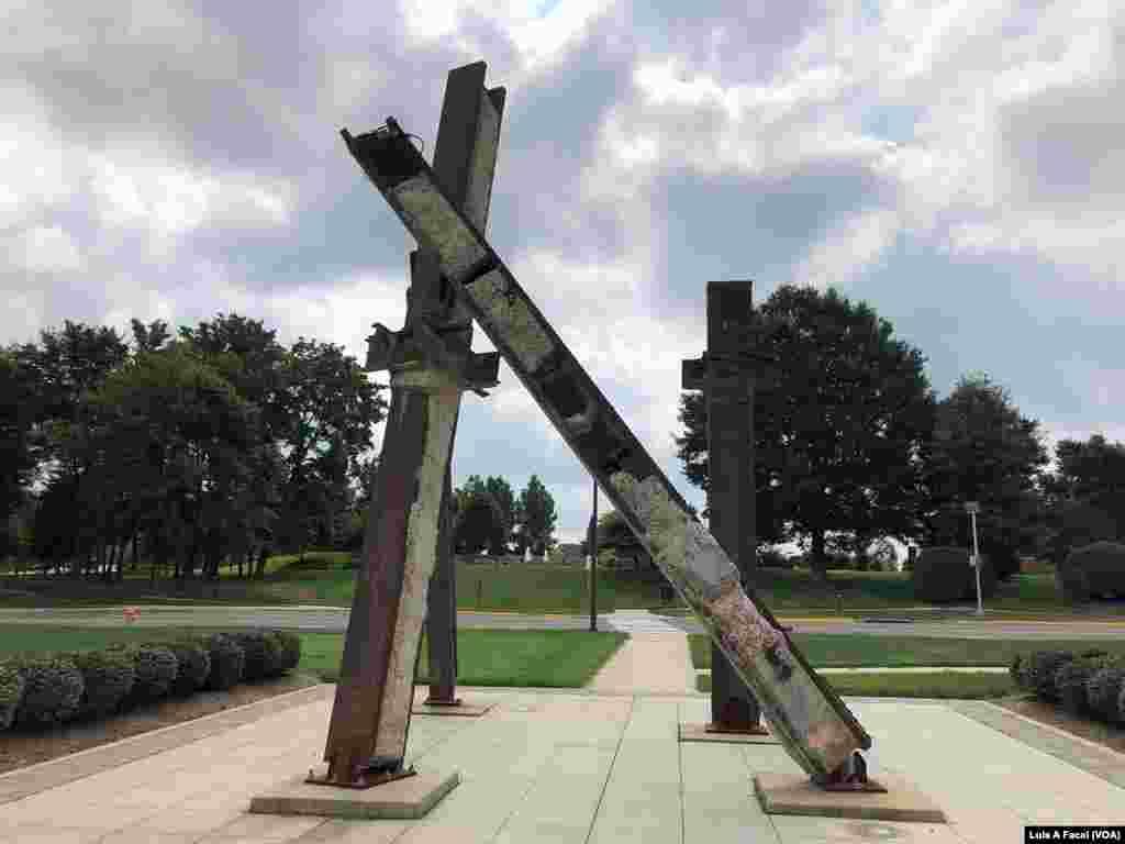 En el Liberty Memorial en el Condado de Prince William, Virginia hay cuatro barras de acero del World Trade Center, colocadas como cree que cayeron.