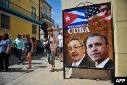 """Tấm bích chương với ảnh Chủ tịch Cuba Raul Castro (trái) và Tổng thống Mỹ Barack Obama cùng hàng chữ """"Chào mừng đến Cuba"""" bên ngoài một nhà hàng ở Havana, Cuba, ngày 17/3/2016."""