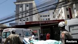 Seorang pasien dievakuasi saat kebakaran di rumah sakit Bonsucesso di Rio de Janeiro, Brazil, 27 Oktober 2020. (Foto: Reuters)