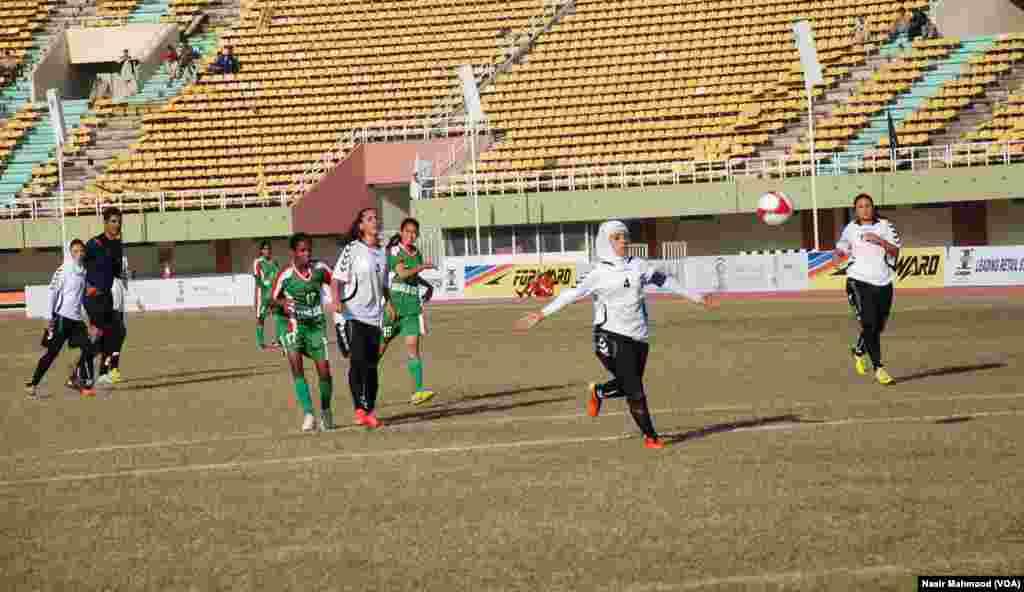 جنگ سے تباہ حال ملک افغانستان کی خواتین کا فٹبال جیسے کھیل میں حصہ لینا ایک خوشگوار امر ہے۔