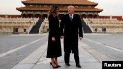 美国总统川普和第一夫人梅拉尼亚在首次亚洲之行期间参观中国北京故宫。(2017年11月8日)