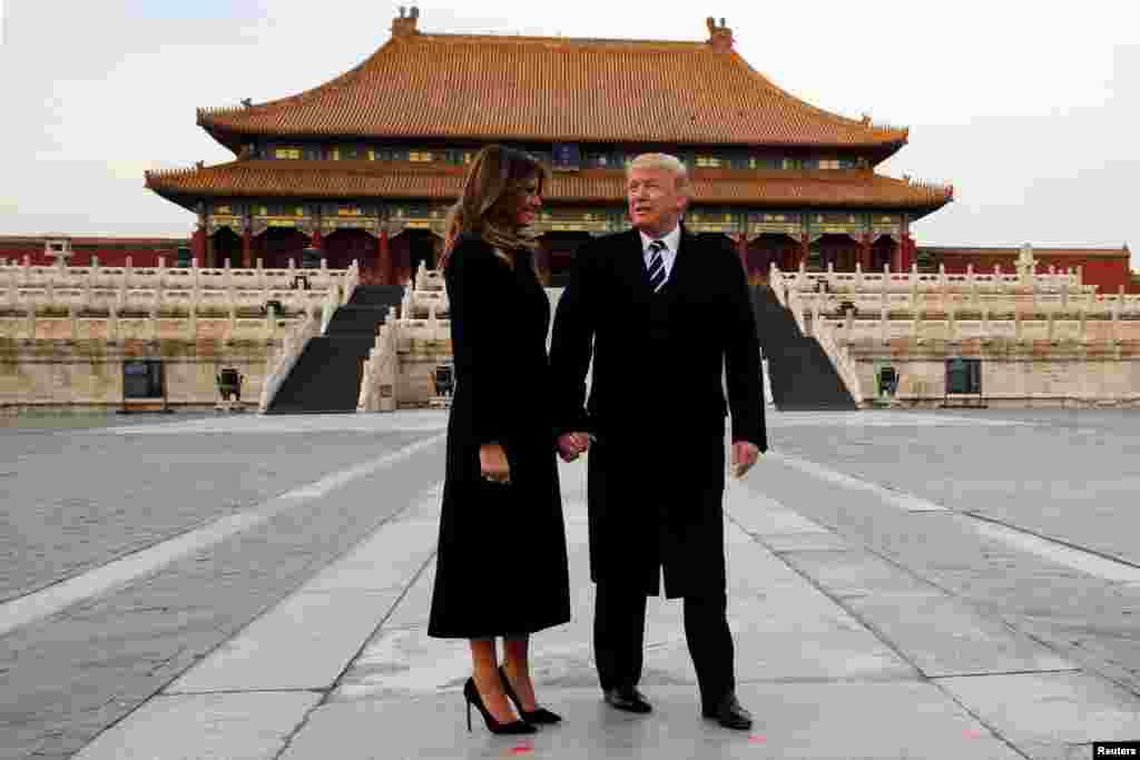 """美国总统川普和第一夫人梅拉尼亚在首次亚洲之行期间参观中国北京故宫(2017年11月8日)。在人们欢度新春佳节之际,川普总统携夫人梅拉尼亚送上了新春祝福。白宫的声明说:""""我向美国及全球欢度农历新年的人们致以热情的问候。我们国家有幸拥有多元化和充满活力的亚裔人口,他们以多种形式在这个国家留下了印记。亚裔为我们的民族团结与组成做出了数不清的贡献。人们不难发现,他们是如此深爱自己的丰富传统、如此强调神圣传统与家庭纽带的重要性。"""""""