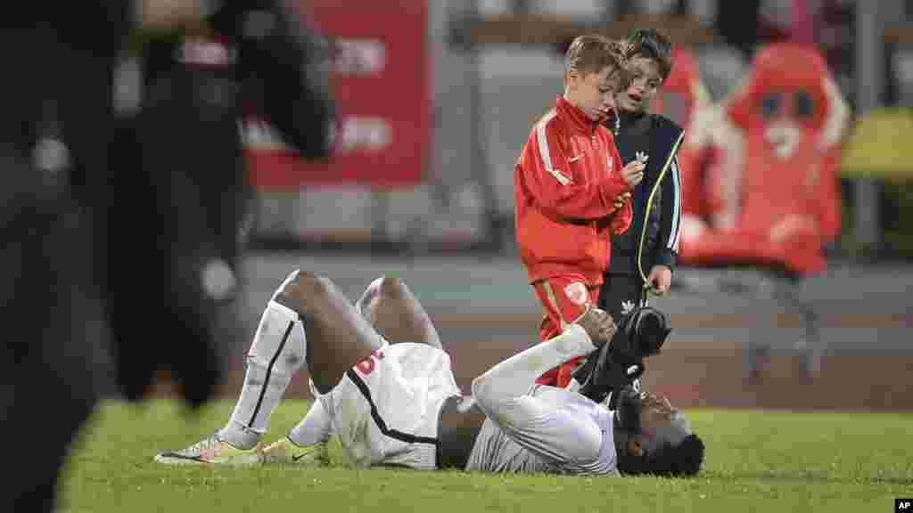 Romania Player CollapsedHarlem Gnohere de Dinamo Bucarest, couché sur son dos sur la pelouse, pleure après son coéquipier Patrick Ekeng du Cameroun mort après s'être effondré lors d'un match de championnat à Bucarest, Roumanie, le vendredi 6 mai 2016, (AP