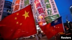 Para anggota kelompok kemerdekaan Taiwan berdemonstrasi di Taipei, 14 Mei 2016. (Reuters/Tyrone Siu)