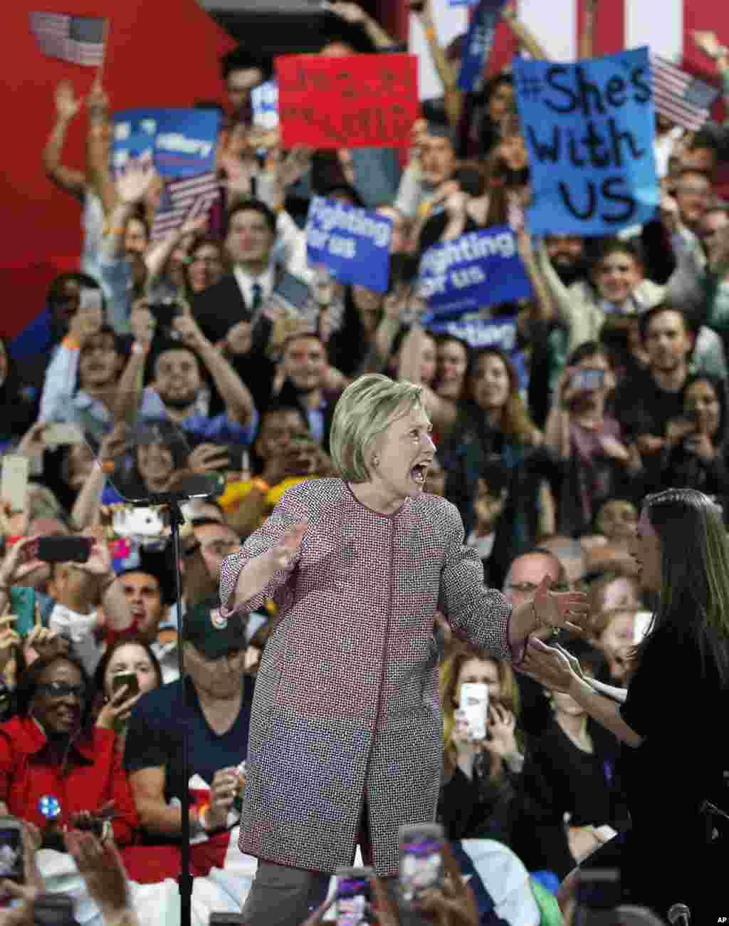 هیلاری کلینتون بعد از پیروزی در انتخاباتی مقدماتی نیویورک در جمع هوادارانش. کلینتون گفت پیروزی امشب ثابت کرد، هیج جا خانه نمی شود.