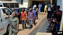 Les hommes arrêtés en lien avec la crise anglophone au Cameroun, devant le tribunal militaire de Yaoundé au Cameroun le 14 décembre 2018.